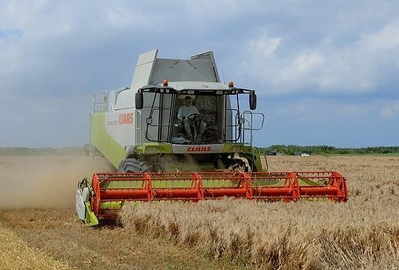 Trattore agricolo mietitura grano